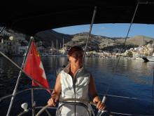 Elke bei der Ausfahrt aus dem Hafen von Symi